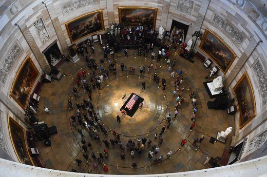 [Ảnh] Mưa và nước mắt trong lễ viếng Thượng nghị sĩ John McCain tại Điện Capitol - Ảnh 12.