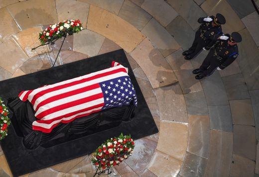 [Ảnh] Mưa và nước mắt trong lễ viếng Thượng nghị sĩ John McCain tại Điện Capitol - Ảnh 4.