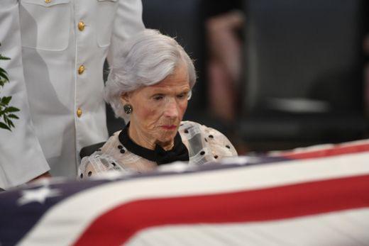 [Ảnh] Mưa và nước mắt trong lễ viếng Thượng nghị sĩ John McCain tại Điện Capitol - Ảnh 6.