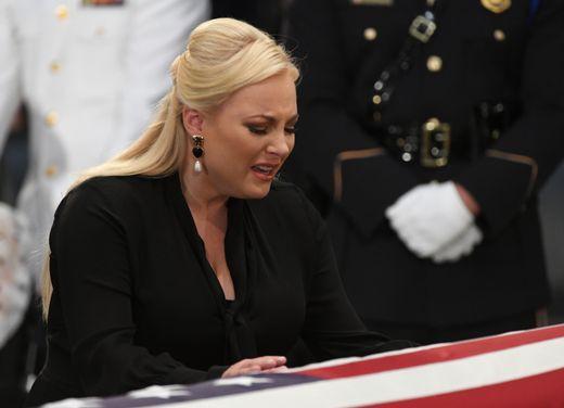 [Ảnh] Mưa và nước mắt trong lễ viếng Thượng nghị sĩ John McCain tại Điện Capitol - Ảnh 7.