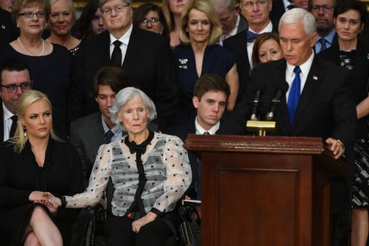 [Ảnh] Mưa và nước mắt trong lễ viếng Thượng nghị sĩ John McCain tại Điện Capitol - Ảnh 8.