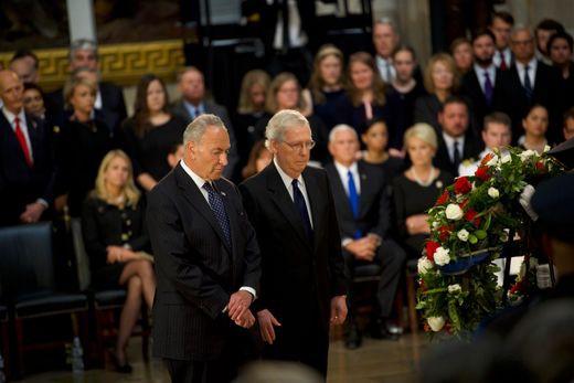 [Ảnh] Mưa và nước mắt trong lễ viếng Thượng nghị sĩ John McCain tại Điện Capitol - Ảnh 9.