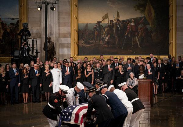 [Ảnh] Mưa và nước mắt trong lễ viếng Thượng nghị sĩ John McCain tại Điện Capitol - Ảnh 3.