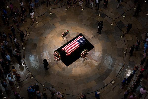 [Ảnh] Mưa và nước mắt trong lễ viếng Thượng nghị sĩ John McCain tại Điện Capitol - Ảnh 2.