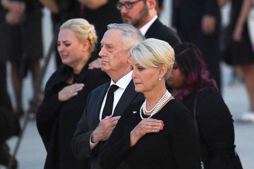 [Ảnh] Mưa và nước mắt trong lễ viếng Thượng nghị sĩ John McCain tại Điện Capitol - Ảnh 10.