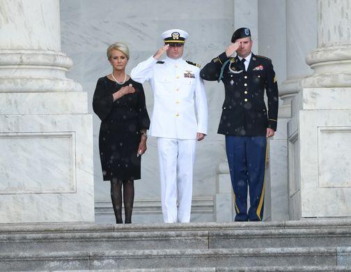 [Ảnh] Mưa và nước mắt trong lễ viếng Thượng nghị sĩ John McCain tại Điện Capitol - Ảnh 11.