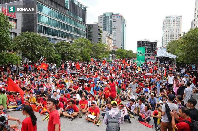 [Trực tiếp] Gia đình Quang Hải dựng rạp, mở tiệc đón người hâm mộ cổ vũ tuyển Olympic Việt Nam gặp UAE - Ảnh 4.