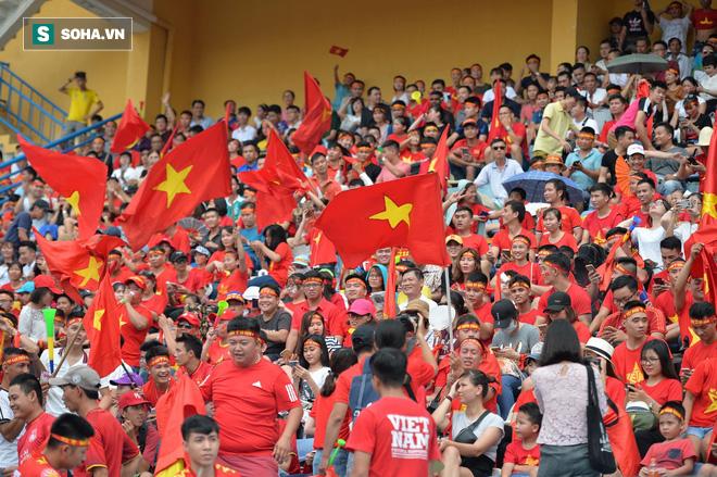 [Trực tiếp] Gia đình Quang Hải dựng rạp, mở tiệc đón người hâm mộ cổ vũ tuyển Olympic Việt Nam gặp UAE - Ảnh 5.