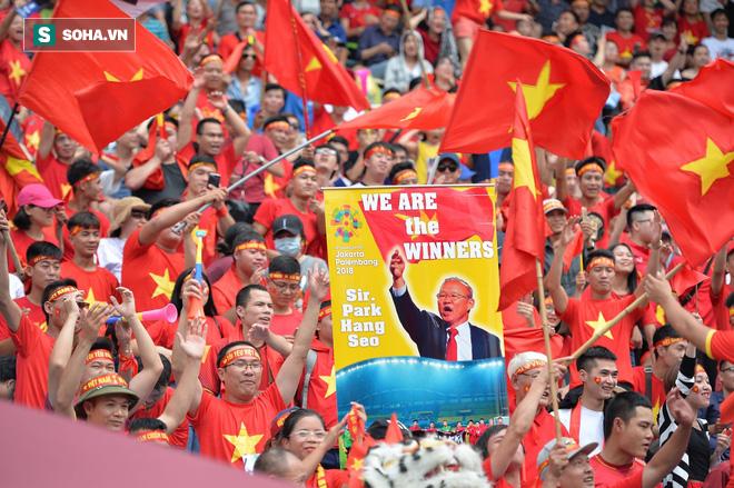 [Trực tiếp] Gia đình Quang Hải dựng rạp, mở tiệc đón người hâm mộ cổ vũ tuyển Olympic Việt Nam gặp UAE - Ảnh 6.