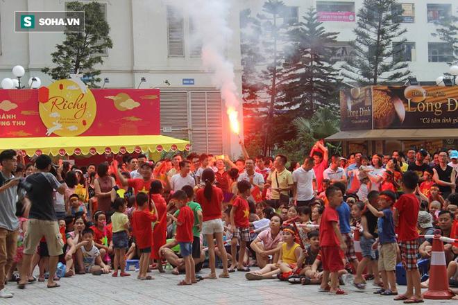 [Trực tiếp] Gia đình Quang Hải dựng rạp, mở tiệc đón người hâm mộ cổ vũ tuyển Olympic Việt Nam gặp UAE - Ảnh 1.