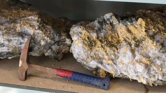 Phát hiện 2 tảng đá lẫn vàng trị giá 11 triệu USD - ảnh 2