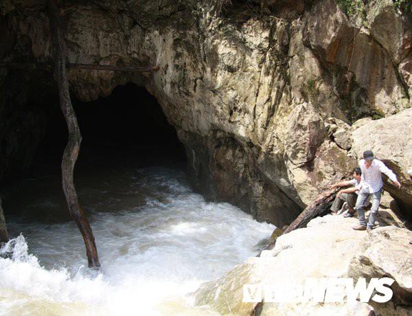 Mùa khô cửa hang Tu Ngu lộ ra ngoài, còn mùa mưa thì ngập dưới nước.