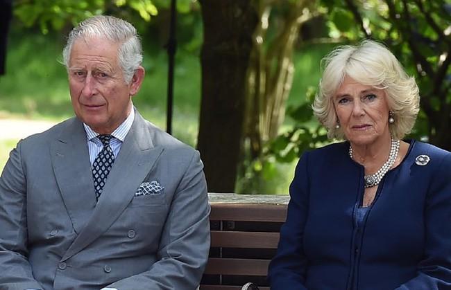 Người hâm mộ hả hê trước thông tin bà Camilla bị chồng đuổi ra khỏi cung điện Hoàng gia, Nữ hoàng Anh từ mặt vì thích gây thù chuốc oán - Ảnh 1.