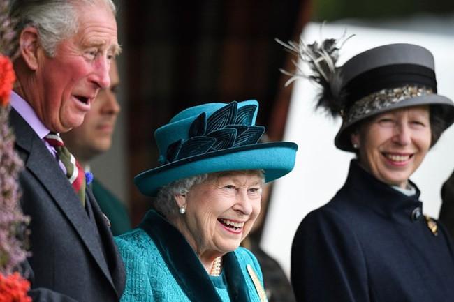 Người hâm mộ hả hê trước thông tin bà Camilla bị chồng đuổi ra khỏi cung điện Hoàng gia, Nữ hoàng Anh từ mặt vì thích gây thù chuốc oán - Ảnh 3.