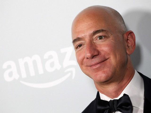 Tỷ phú Jeff Bezos kiếm 11 ngàn USD/giờ, gấp hơn 700 lần lương công nhân làm ở kho hàng Amazon - Ảnh 1.