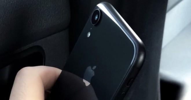 iPhone Xs lộ ảnh trên tay trước giờ G, hóa ra hình nền mới là để che tai thỏ - Ảnh 2.