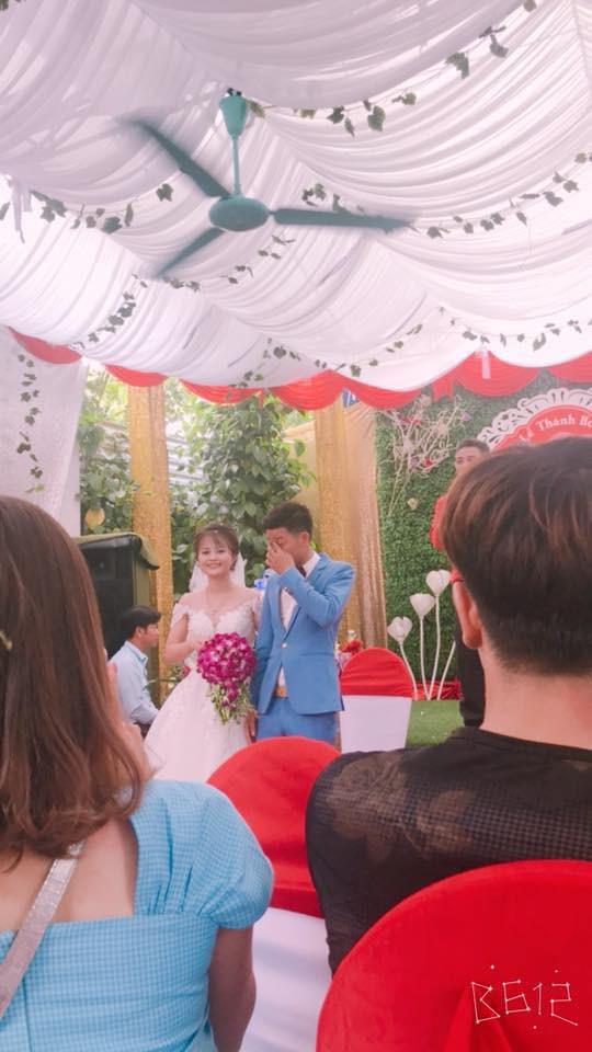 Bức ảnh hot nhất ngày: Cô dâu cười tươi như hoa, chú rể khóc nức nở trong đám cưới - Ảnh 2.