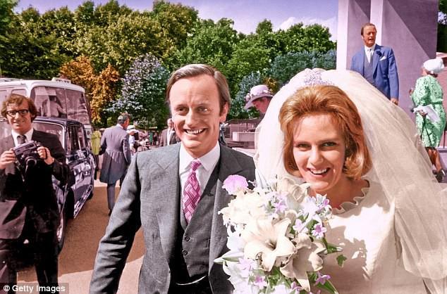Bà Camilla trong đám cưới với người chồng đầu tiên.