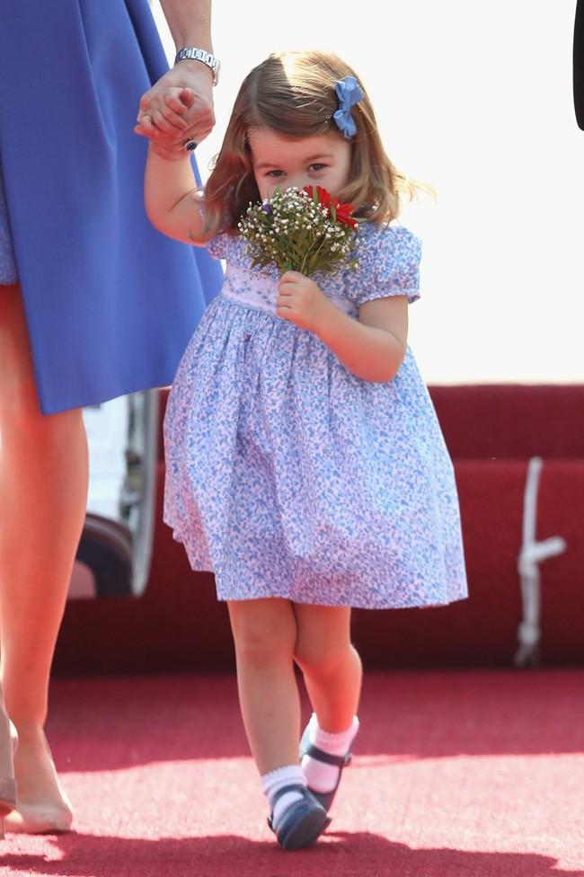 Công chúa Charlotte là người thứ 4 thừa kế ngai vàng của Hoàng gia Anh.