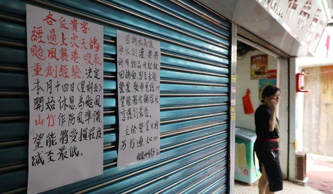 Các cửa hàng ở Hong Kong đều đồng loạt tăng giá các mặt hàng lương thực, thực phẩm.