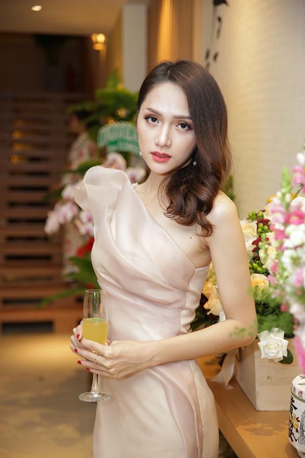 Hương Giang Idol điệu đà, đọ sắc cùng đàn chị Phạm Quỳnh Anh - Ảnh 4.