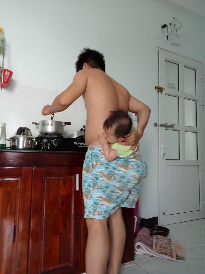 Ông bố trẻ địu con trong quần để rảnh tay nấu ăn trong lúc vợ bệnh khiến chị em cười ngất - Ảnh 2.