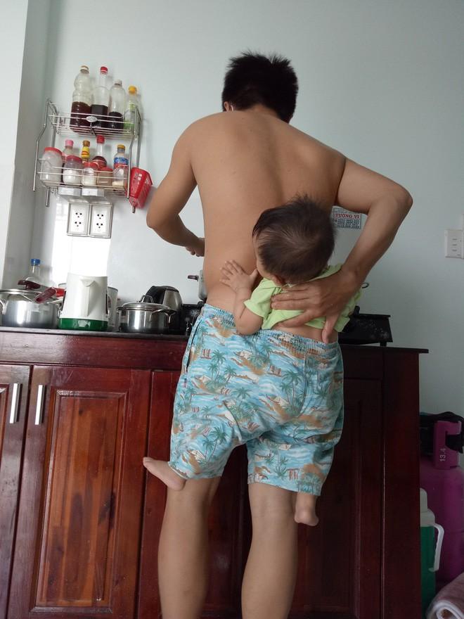 Ông bố trẻ địu con trong quần để rảnh tay nấu ăn trong lúc vợ bệnh khiến chị em cười ngất - Ảnh 3.