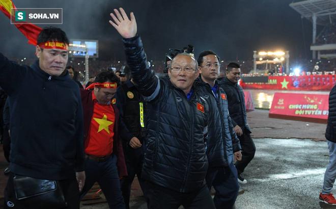 Kình địch ở AFF Cup vướng tai tiếng về lương cho HLV: Việt Nam thật may vì có bầu Đức - Ảnh 2.