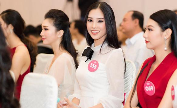 Tân Hoa hậu Việt Nam 2018 Trần Tiểu Vy: Thí sinh nhỏ tuổi nhất, vấp ngã khi thi Người đẹp biển - Ảnh 2.