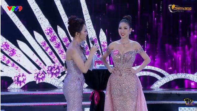 Đương kim Hoa hậu Việt Nam 2018 Trần Tiểu Vy trả lời câu hỏi ứng xử thế nào? - Ảnh 3.