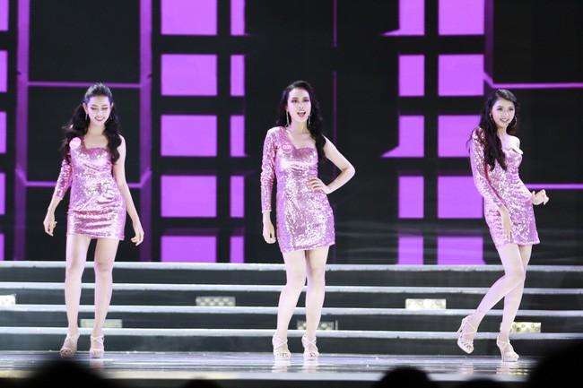 TRỰC TIẾP CHUNG KẾT HOA HẬU VIỆT NAM 2018: Đêm thi bắt đầu với phần trình diễn nóng bỏng - ảnh 2