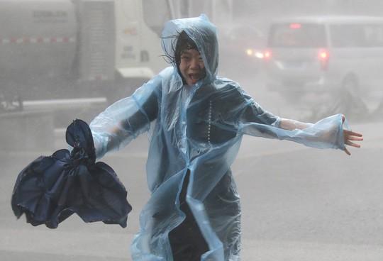 Bão Mangkhut đổ bộ Trung Quốc, 2,45 triệu người đi trốn - ảnh 4