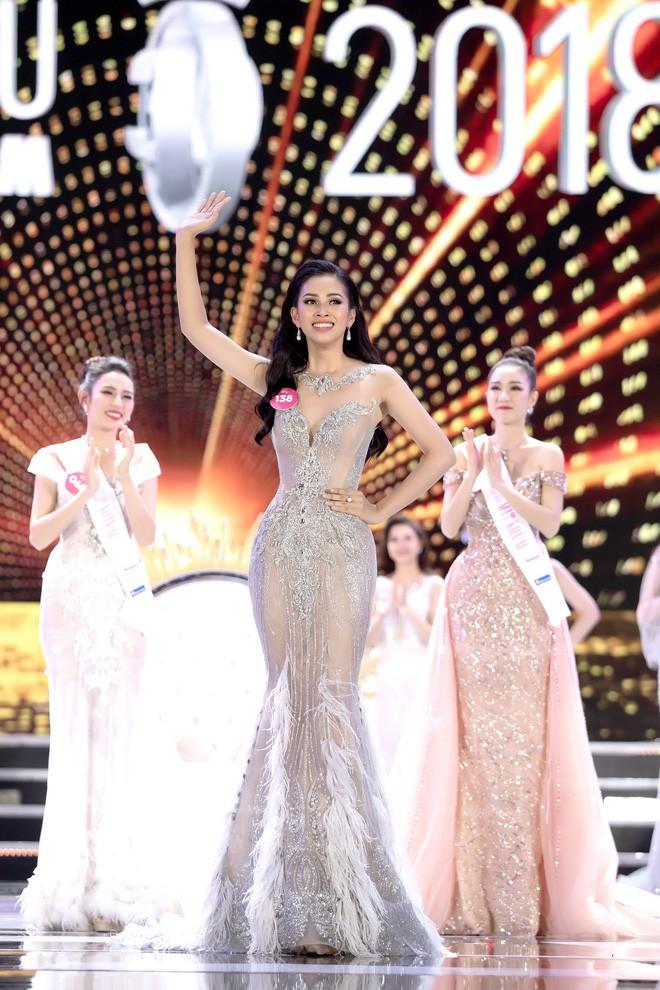 Thầy giáo tự hào, người dân Hội An xôn xao bàn tán về Hoa hậu Trần Tiểu Vy - Ảnh 1.