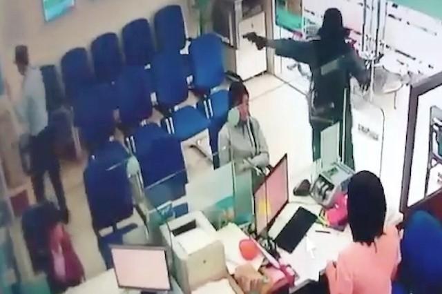 Thu gần 700 triệu đồng cùng súng, đạn tại nhà nghi can cướp ngân hàng - ảnh 1