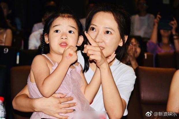 Bà xã xinh đẹp và con gái cưng siêu dễ thương của Càn Long Nhiếp Viễn gây sốt khi tới dự sự kiện ủng hộ bố - Ảnh 3.
