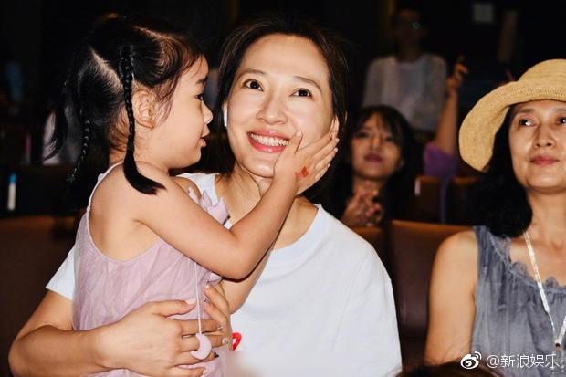 Bà xã xinh đẹp và con gái cưng siêu dễ thương của Càn Long Nhiếp Viễn gây sốt khi tới dự sự kiện ủng hộ bố - Ảnh 4.