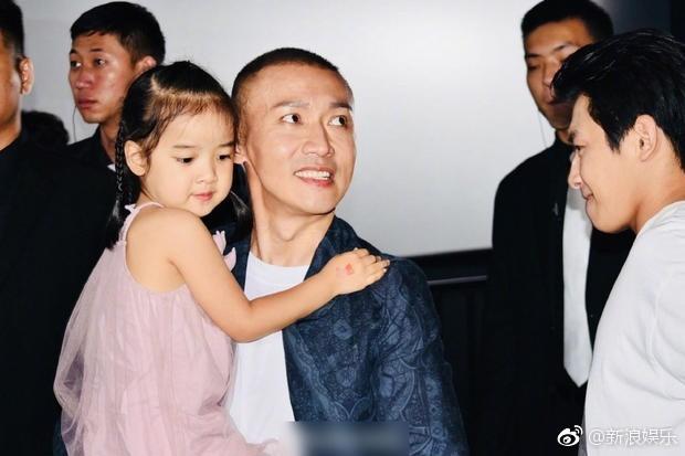 Bà xã xinh đẹp và con gái cưng siêu dễ thương của Càn Long Nhiếp Viễn gây sốt khi tới dự sự kiện ủng hộ bố - Ảnh 6.