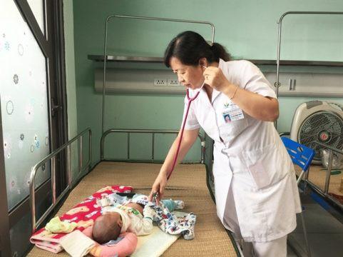 Gần 20 trẻ nhiễm virus hợp bào hô hấp phải nhập viện Nhi Trung ương - Ảnh 1.