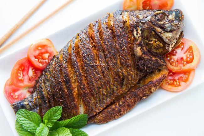 Lần sau rán cá, chị em cứ cho thêm 1 thìa gia vị này vào, đảm bảo không bị bắn dầu mà món cá rán thì ngon bất bại - Ảnh 2.
