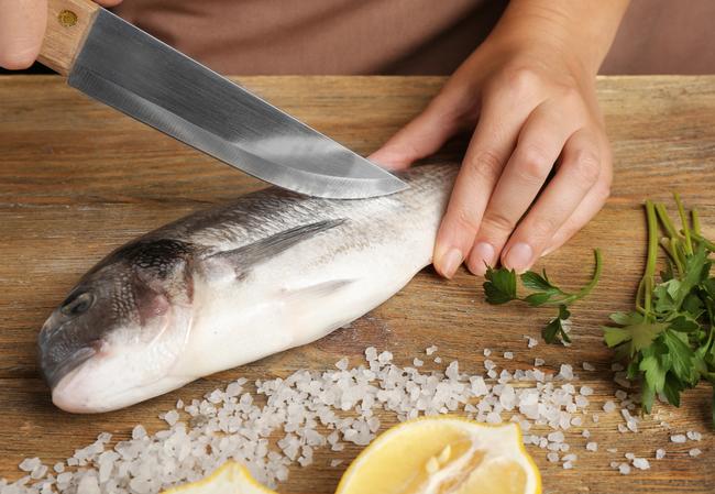 Lần sau rán cá, chị em cứ cho thêm 1 thìa gia vị này vào, đảm bảo không bị bắn dầu mà món cá rán thì ngon bất bại - Ảnh 3.