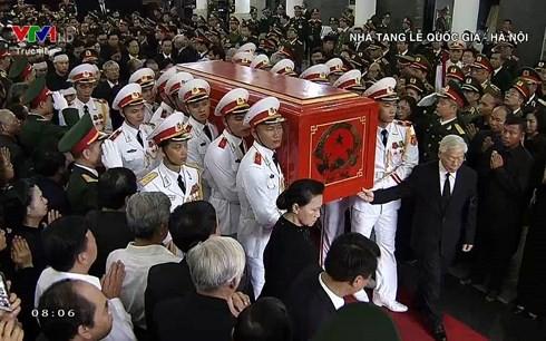 Xe tang đưa linh cữu Chủ tịch nước Trần Đại Quang về quê hương Ninh Bình - Ảnh 54.