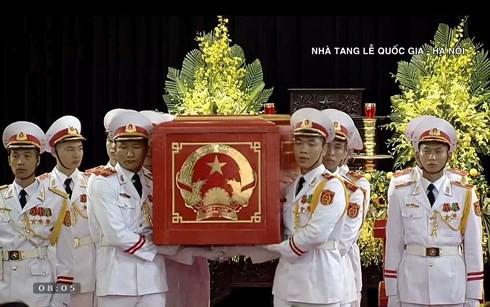 Xe tang đưa linh cữu Chủ tịch nước Trần Đại Quang về quê hương Ninh Bình - Ảnh 55.