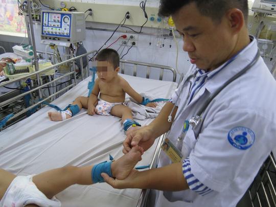 Hàng trăm trẻ nhập viện vì bệnh tay chân miệng - Ảnh 4.