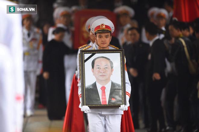 Xe tang đưa linh cữu Chủ tịch nước Trần Đại Quang về quê hương Ninh Bình - Ảnh 42.
