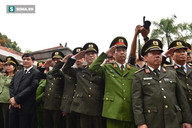 Xe tang đưa linh cữu Chủ tịch nước Trần Đại Quang về quê hương Ninh Bình - Ảnh 40.