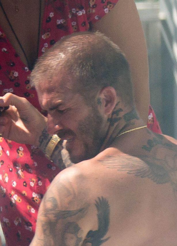Soái ca một thời David Beckham lộ tóc thưa như sắp hói, bị bắt gặp trò chuyện với người đẹp khác khi vắng Vic - Ảnh 4.