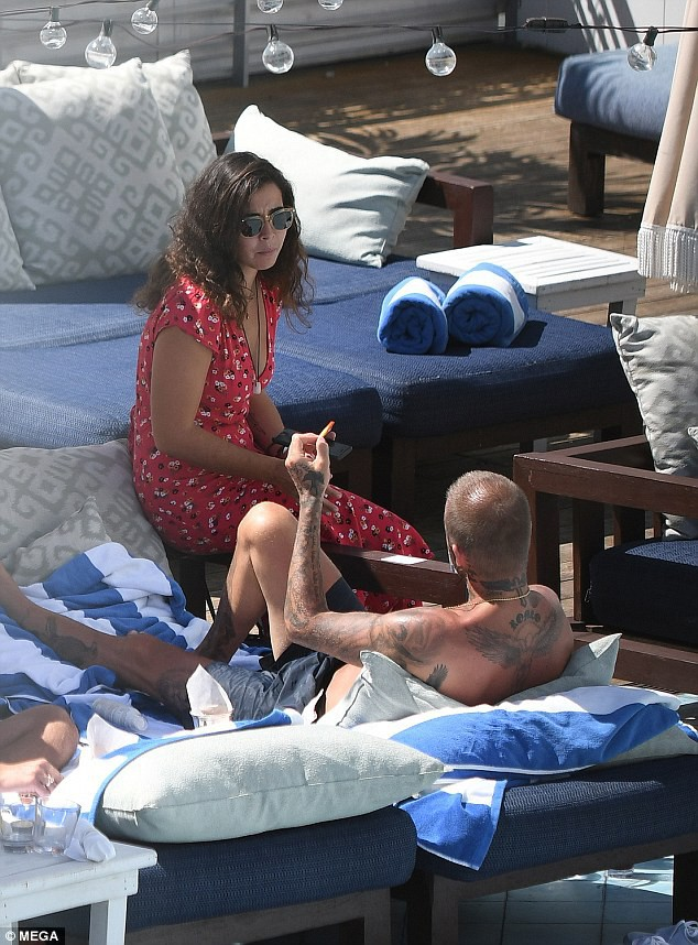 Soái ca một thời David Beckham lộ tóc thưa như sắp hói, bị bắt gặp trò chuyện với người đẹp khác khi vắng Vic - Ảnh 6.