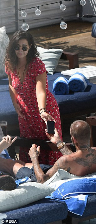 Soái ca một thời David Beckham lộ tóc thưa như sắp hói, bị bắt gặp trò chuyện với người đẹp khác khi vắng Vic - Ảnh 9.