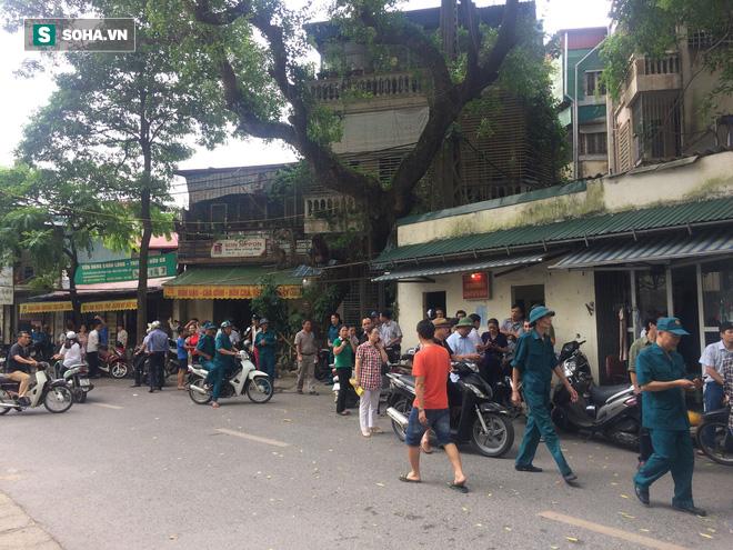 [Nóng] Chung cư cao tầng rung lắc sau động đất ở Hà Nội, cư dân hoảng loạn tháo chạy - Ảnh 2.