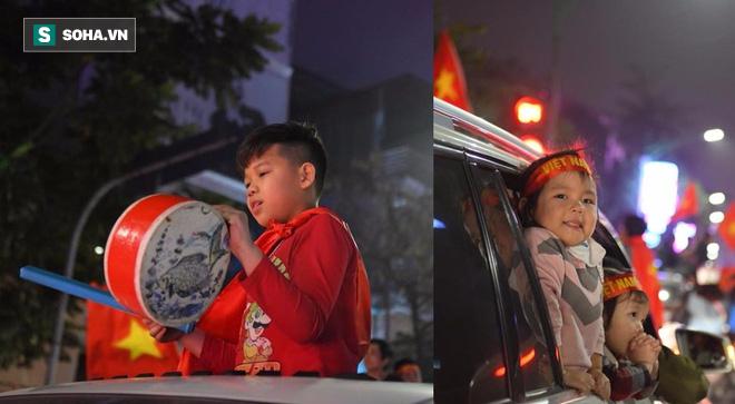 Những cổ động viên đặc biệt trong dòng người đi bão ăn mừng chiến thắng U23 Việt Nam - Ảnh 4.